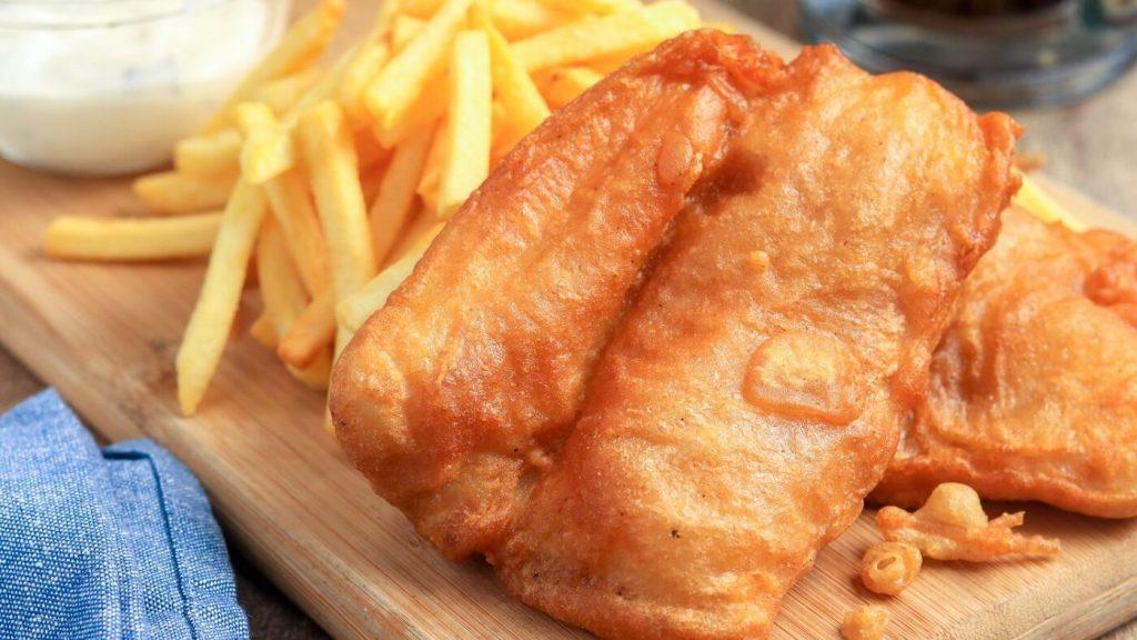 Peixe empanado com fritas